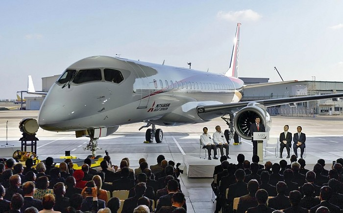 //www.pasazer.com/img/images/airplane/MRJ%20Rollout_2.JPG
