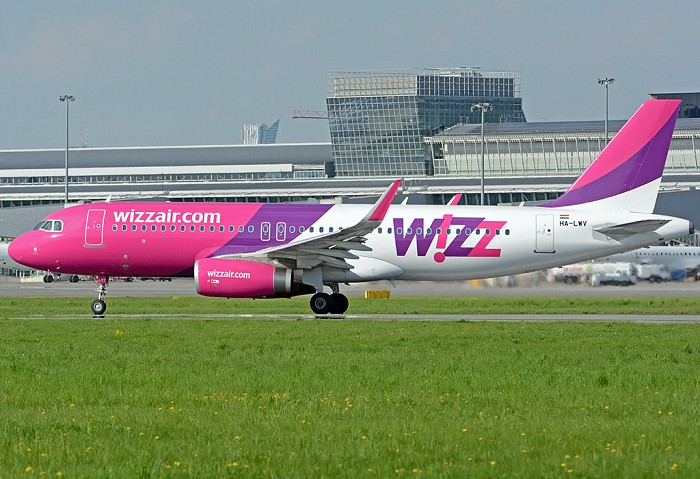 //www.pasazer.com/img/images/airplane/wizzA320sharklets.jpg