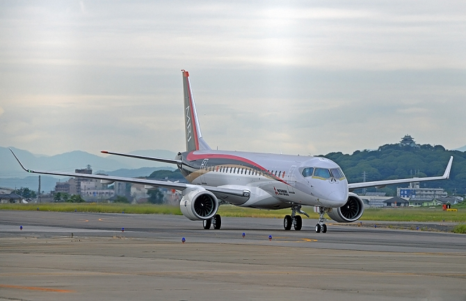 //www.pasazer.com/img/images/normal/20150608_MRJ%20_Low%20Speed%20Taxiing%20Test.JPG