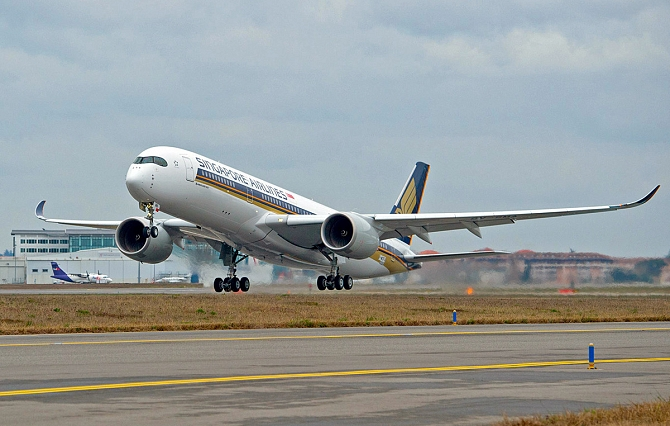 //www.pasazer.com/img/images/normal/A350-900_Singapore_first_3.jpg