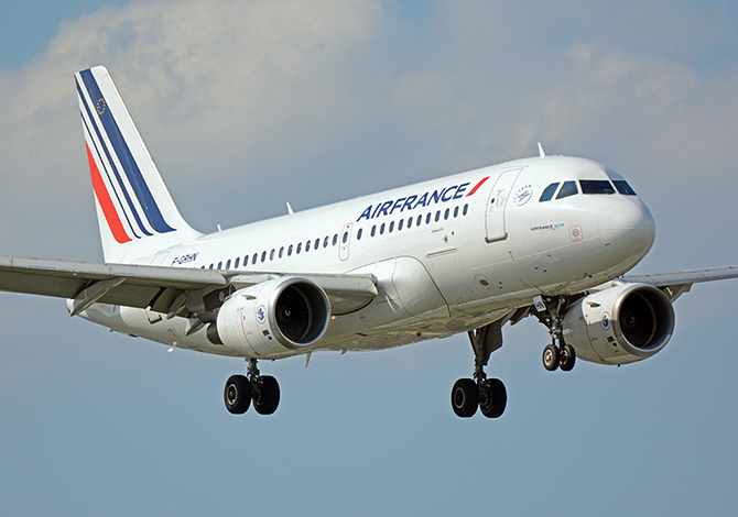 //www.pasazer.com/img/images/normal/airfrance,a319,waw(pbozyk).jpg