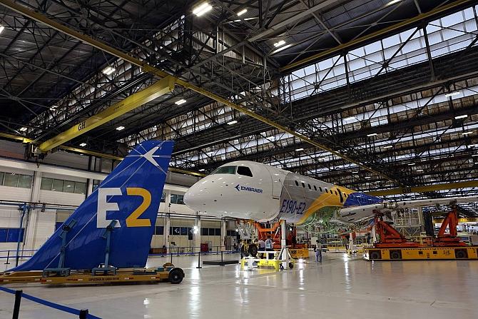 http://www.pasazer.com/img/images/normal/embraer,ejet2,media%20(1).jpg