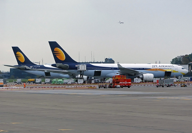 //www.pasazer.com/img/images/normal/jetairways,bru,a330,pbozyk.jpg