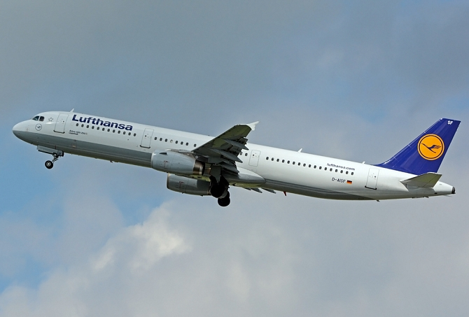 //www.pasazer.com/img/images/normal/lufthansa,A321,waw,PB_1.jpg