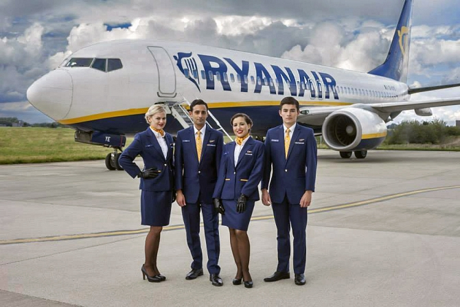 //www.pasazer.com/img/images/normal/ryanair,new,uniform,media%20(2).jpg