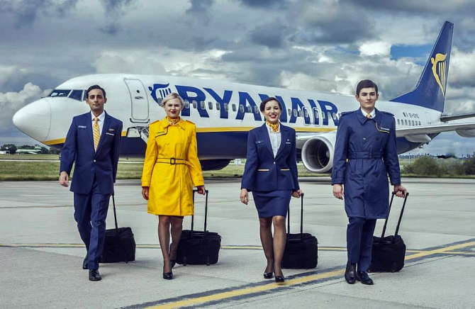 //www.pasazer.com/img/images/normal/ryanair,new,uniform,media%20(3).jpg