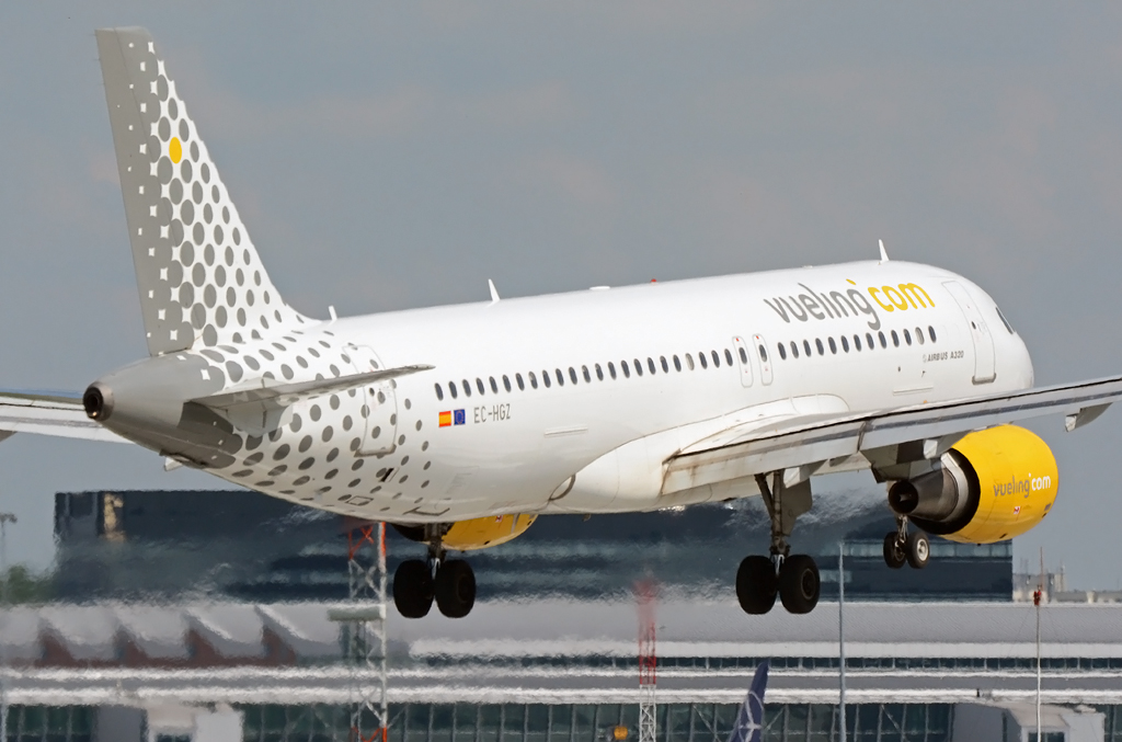 //www.pasazer.com/img/images/normal/vueling,a320,waw(pbozyk).jpg